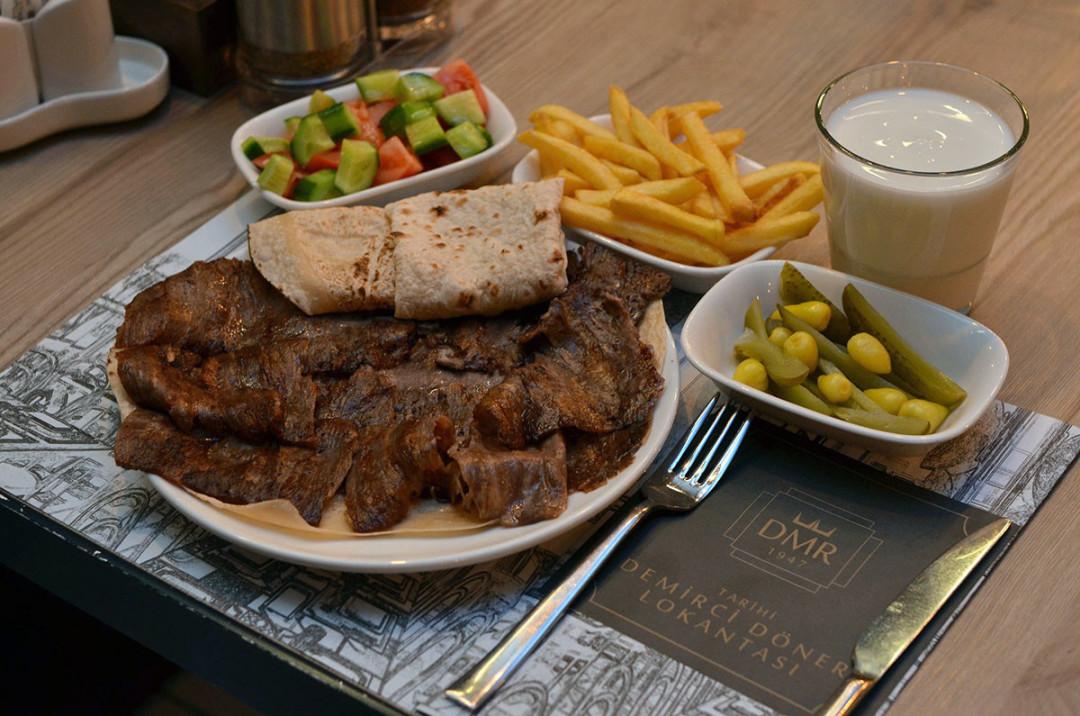 Tarihi Demirci Döner Lokantası, lezzetini Aksaray'daki ödüllü restoranına iki şehirden taşıyor fotoğraf