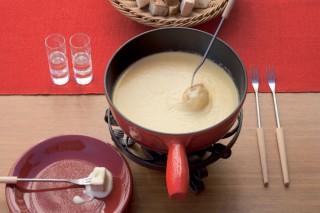 İsviçre Alpleri'nden gelen peynirler eşliğinde raklet ve fondü ziyafeti fotoğraf
